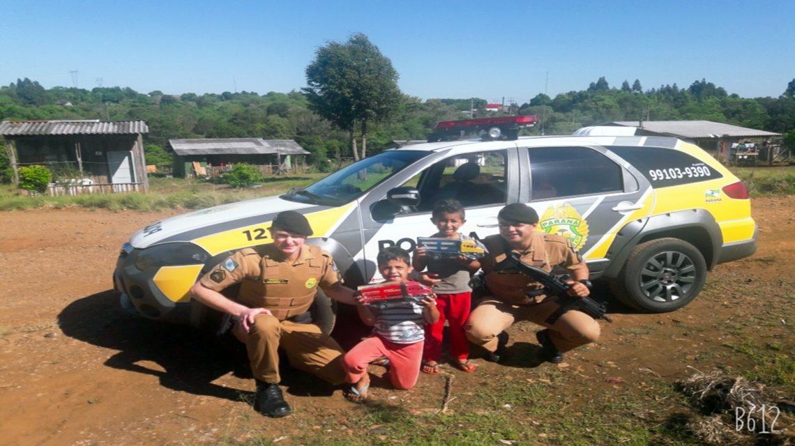 Crianças de Chopinzinho recebem brinquedos da Polícia Militar