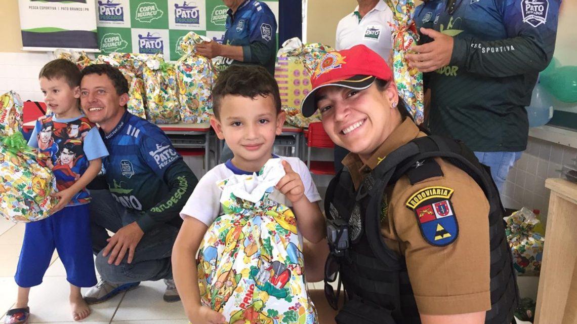 Grupo de pescadores e Polícia Rodoviária Estadual distribuem presentes à crianças em Pato Branco