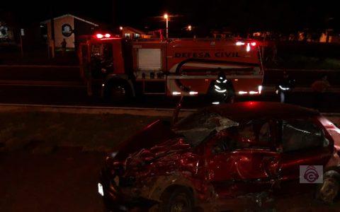 Batida entre carro e caminhão deixa duas pessoas gravemente feridas em Candói