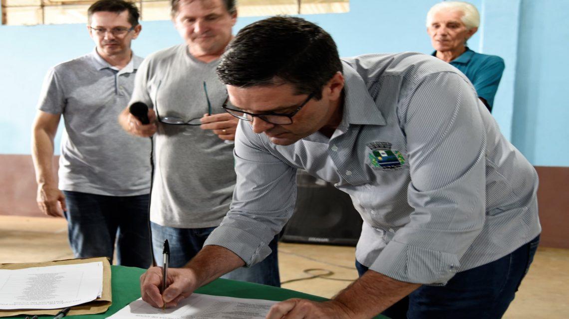 Assentados assinam contrato de concessão de uso da terra em Saudade do Iguaçu