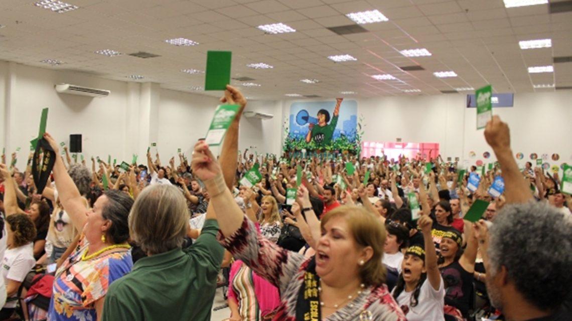 Professores e funcionários entram em greve a partir do dia 2 no Paraná