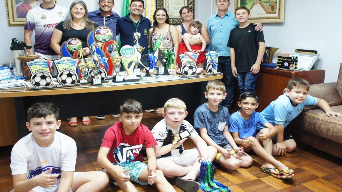 Marmeleiro: Atletas campeões de futsal são recebidos pelo prefeito