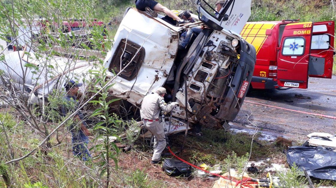 Tombamento de caminhão deixa um morto e dois gravemente feridos em Coronel Vivida