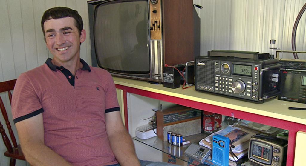 Agricultor do Oeste de SC mantém viva a tradição do rádio escuta