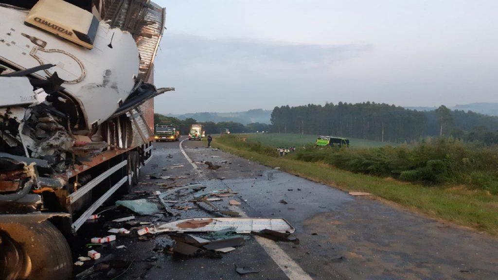 acidente-caminhões-ônibus-1024×768