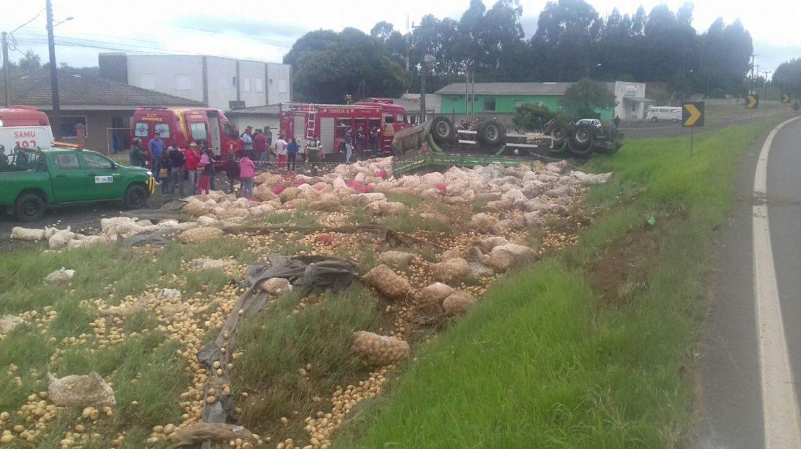 Guarapuava: Motorista morre na BR-277 após tombar caminhão carregado com batatas