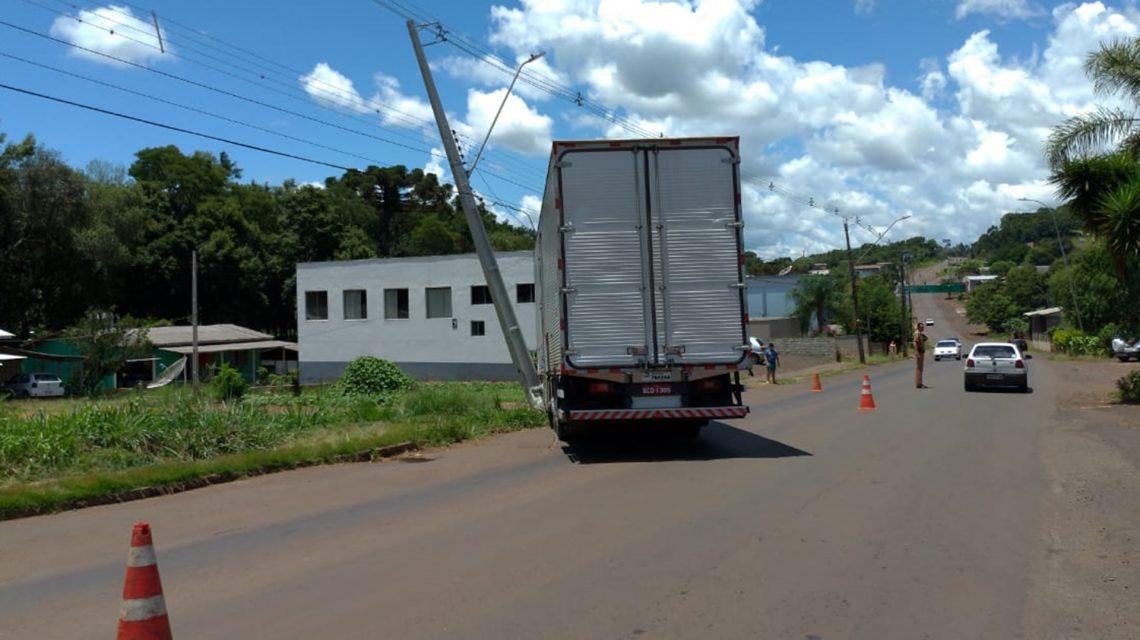 Caminhão desgovernado atinge poste da rede elétrica em Chopinzinho