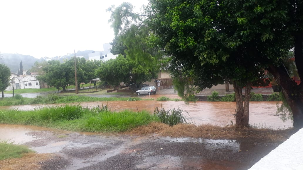 Rio Lonqueador sobe rapidamente e deixa moradores de Francisco Beltrão atentos