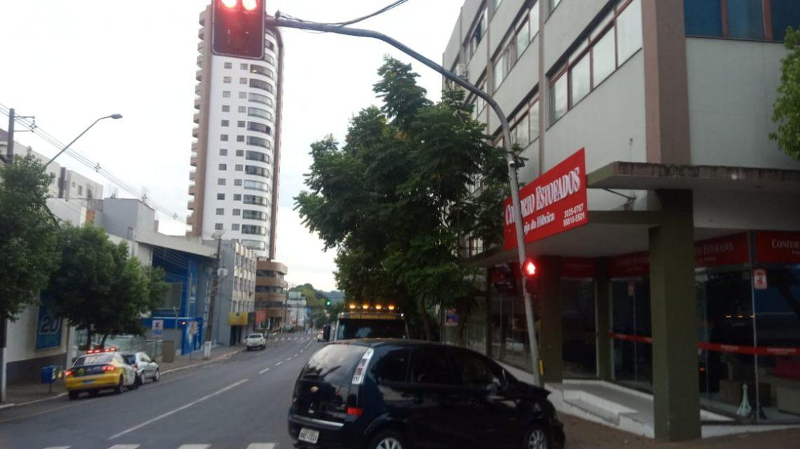 Carro bate em estrutura de semáforo em Francisco Beltrão