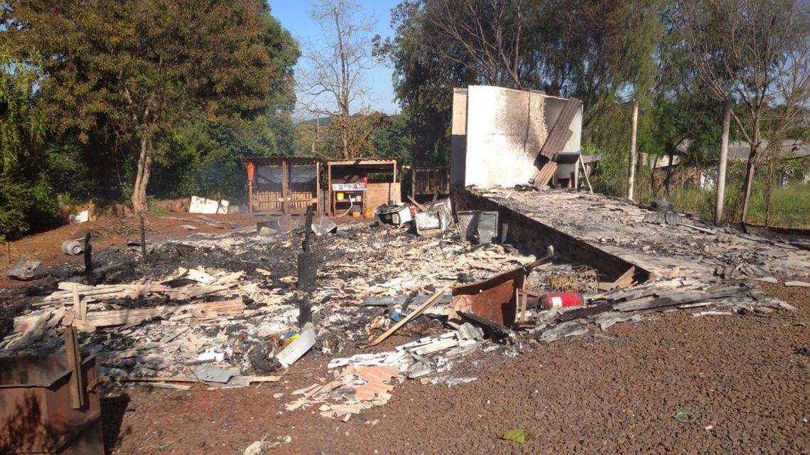 Incêndio destrói casa no interior de São João