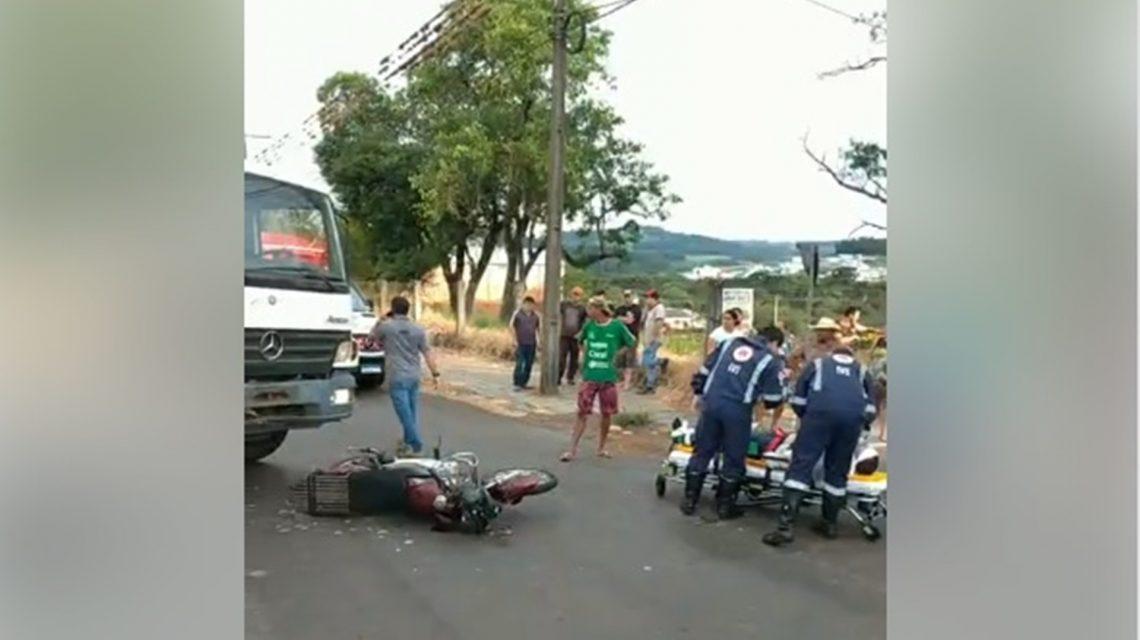 Rapaz de 23 anos fica ferido em acidente entre moto e caminhão em Chopinzinho