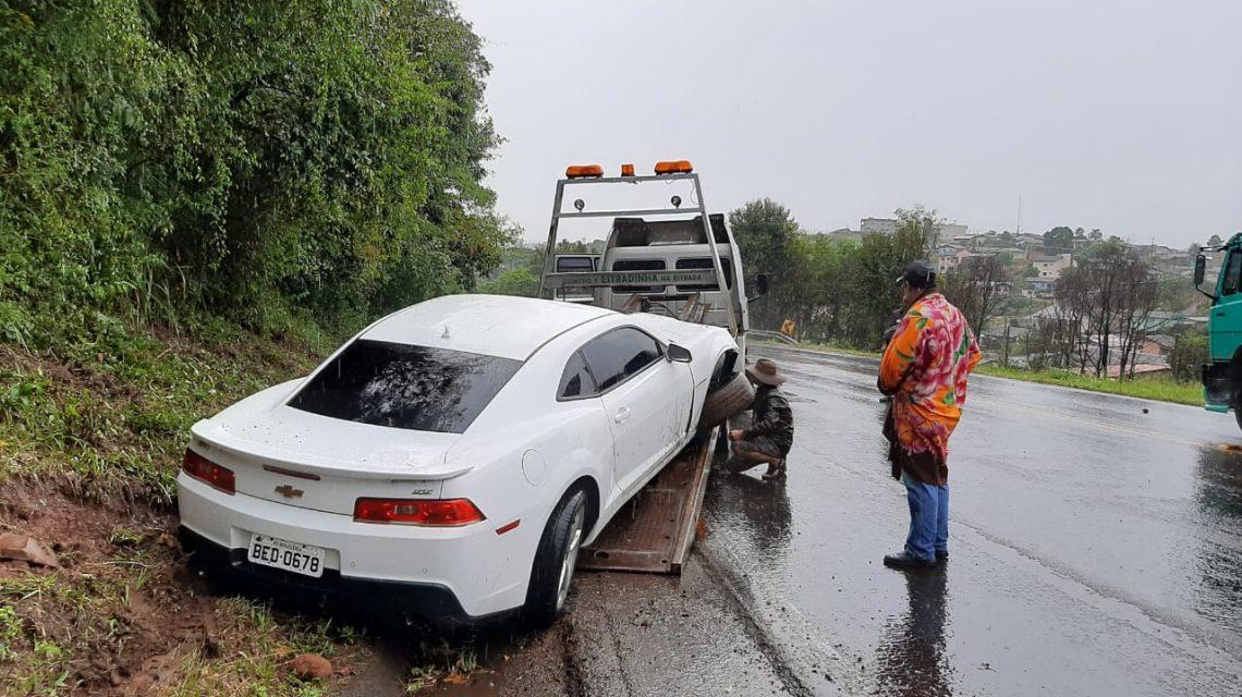Motorista perde o controle e sai de pista com Camaro em Marmeleiro