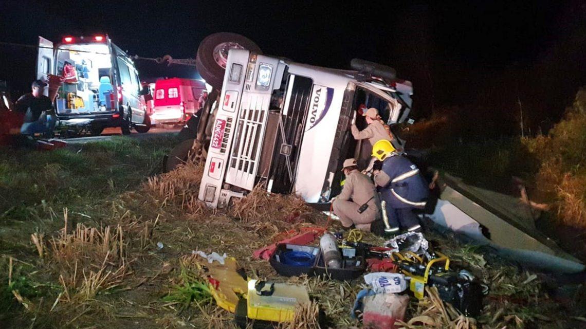 Caminhão carregado com chapas de compensado tomba na BR-280 e motorista fica gravamente ferido