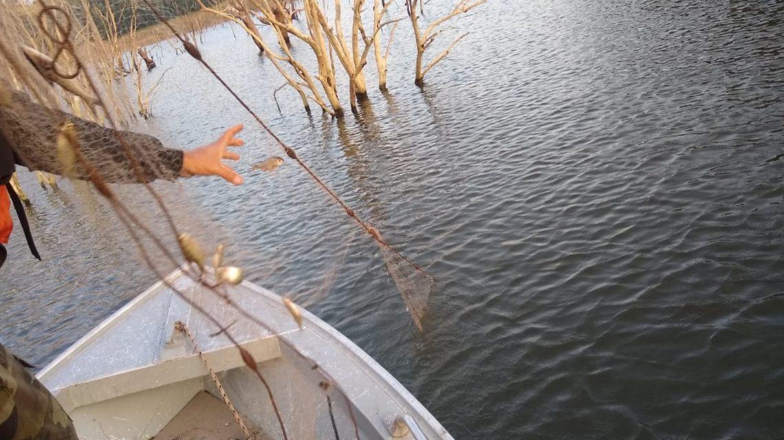 Polícia Ambiental apreende redes durante operação no lago da Represa Salto Santiago