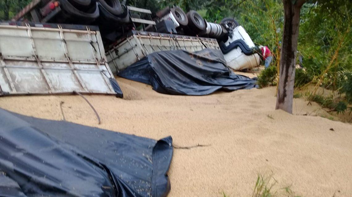 Bi-trem carregado com soja tomba na PR-562, em São João