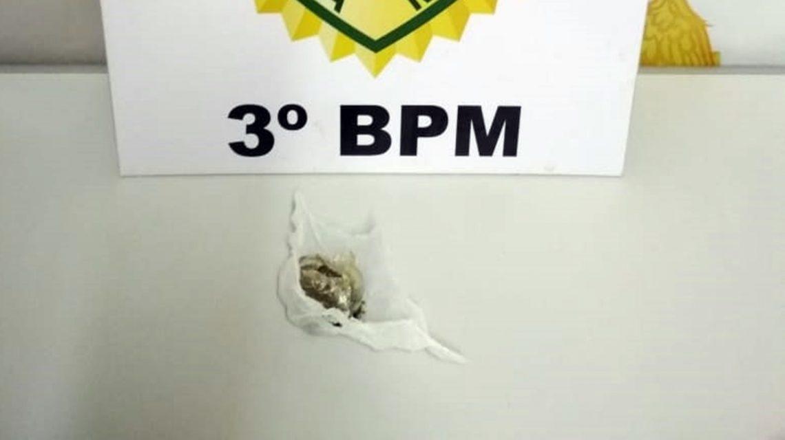 Policia Militar apreende jovens e droga durante abordagem em São João