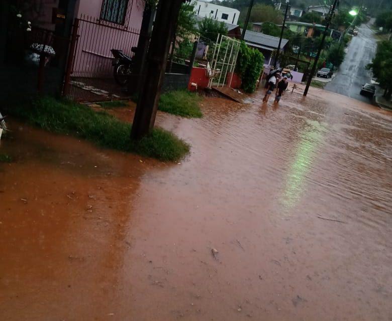 Chuva torrencial causa alagamentos em pontos críticos de Francisco Beltrão