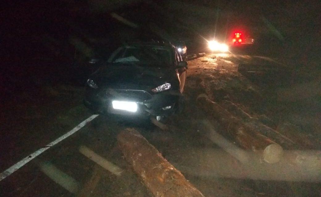 Toras de madeira caem de bitrem e causam acidente na PRC-280