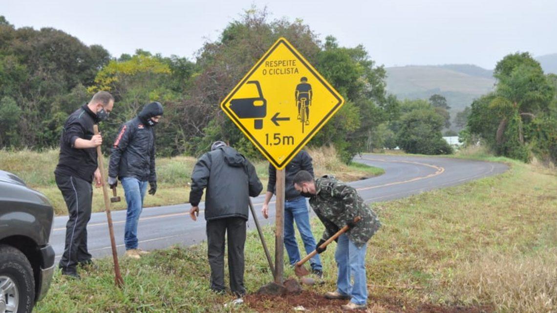 Associação de ciclistas instala placas de sinalização em Chopinzinho