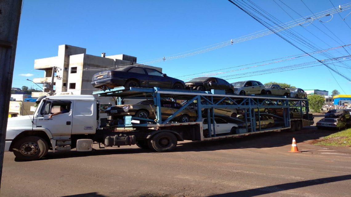 Mais de 200 veículos que ocupavam pátio da 30ª Ciretran vão para reciclagem