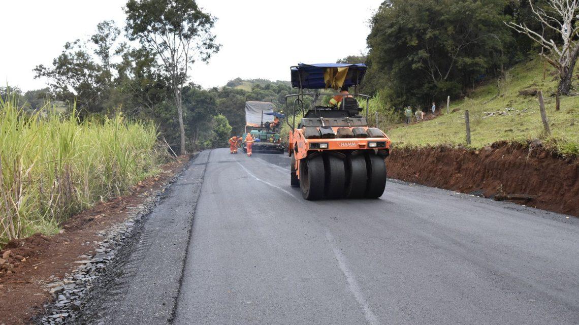 Pavimentação de estrada rural segue em ritmo acelerado em Saudade do Iguaçu