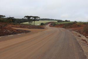[Grupo RBJ de Comunicação] Ainda em construção, pavimentação da PR-912 já traz benefícios — À esquerda está o acesso à Lavrama