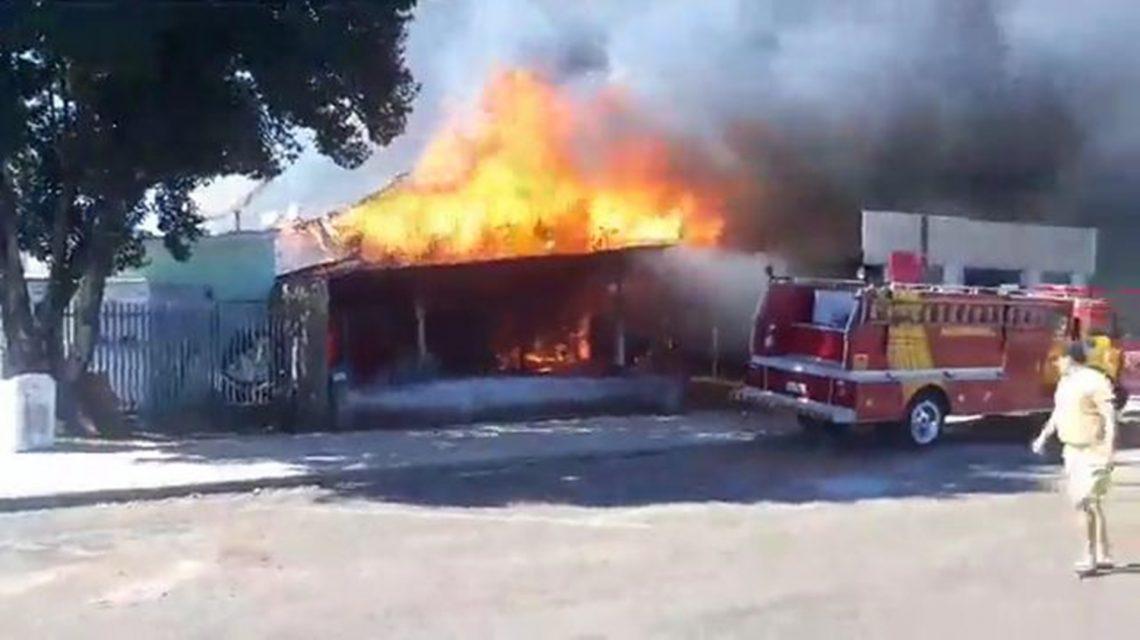 Oficina mecânica é destruída por incêndio em Coronel Vivida