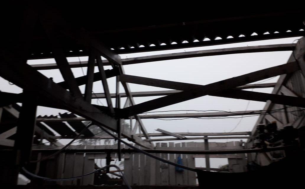 Chuva e vento com destelhamento no interior de Mangueirinha