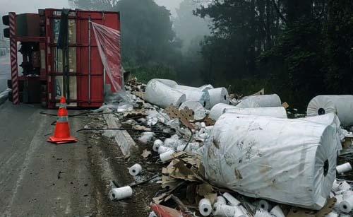 Caminhão tomba e carga esmaga trabalhadora em União da Vitória