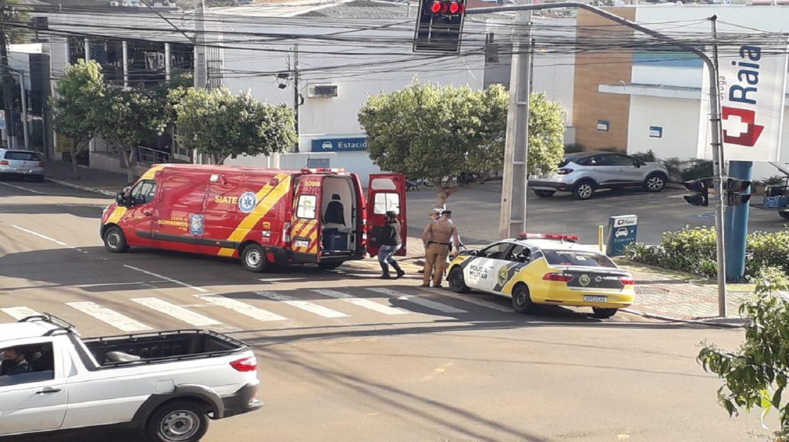 Acidente entre carro e moto no centro de Francisco Beltrão