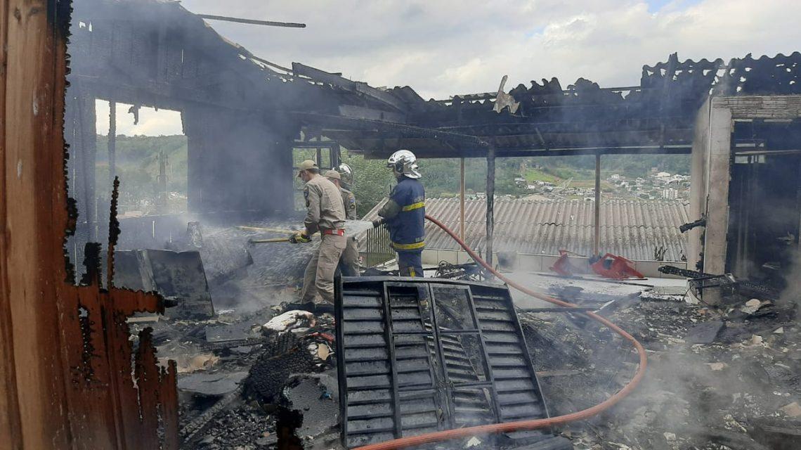 Incêndio destrói casa no Jardim Seminário em Francisco Beltrão
