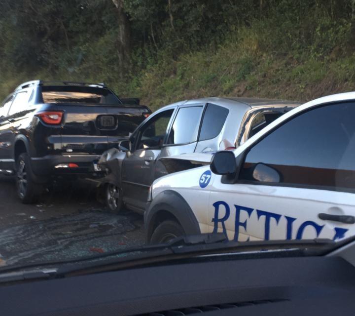 Colisão traseira envolve três veículos na BR 158 em Pato Branco
