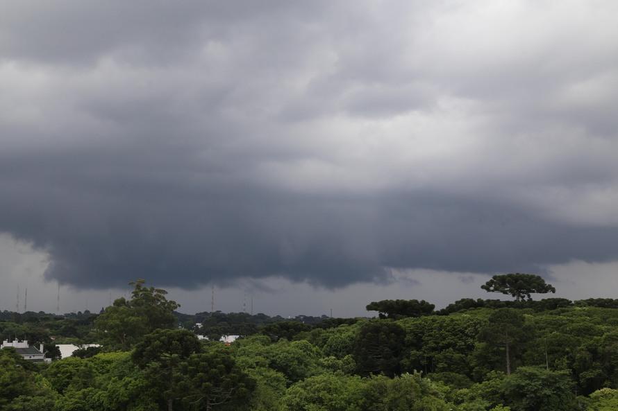 Com menor intensidade, novo ciclone se aproxima do Paraná