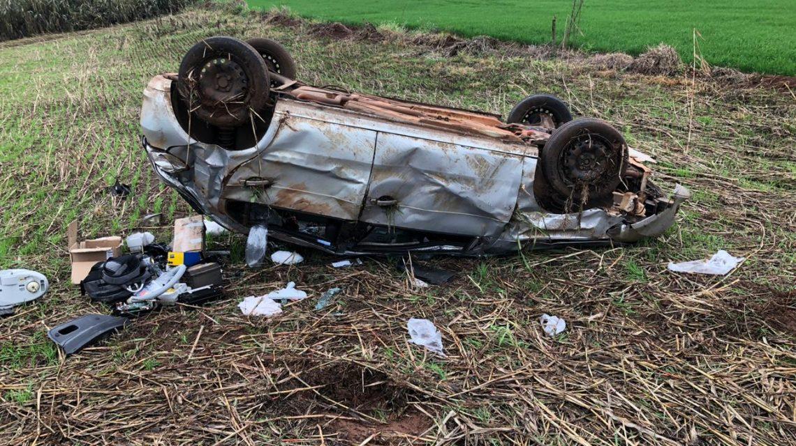 Capotamento deixa motorista ferido na PR 566