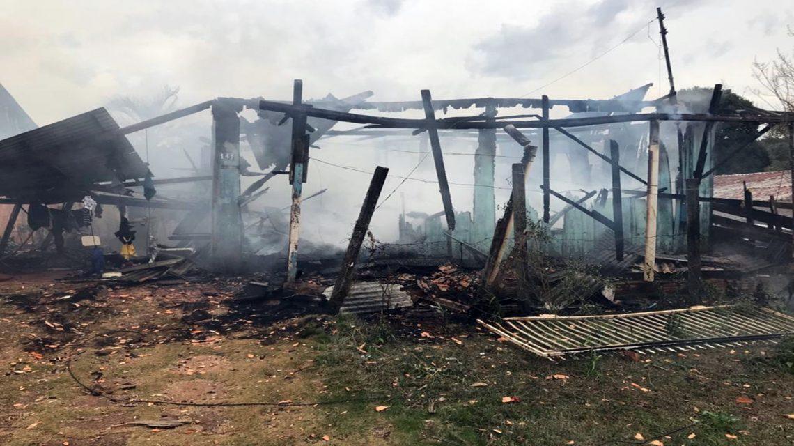 Incêndio destrói residência em Coronel Vivida