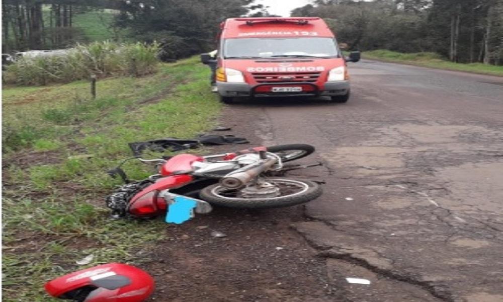 Colisão entre moto e caminhão deixa jovem ferida em Marmeleiro