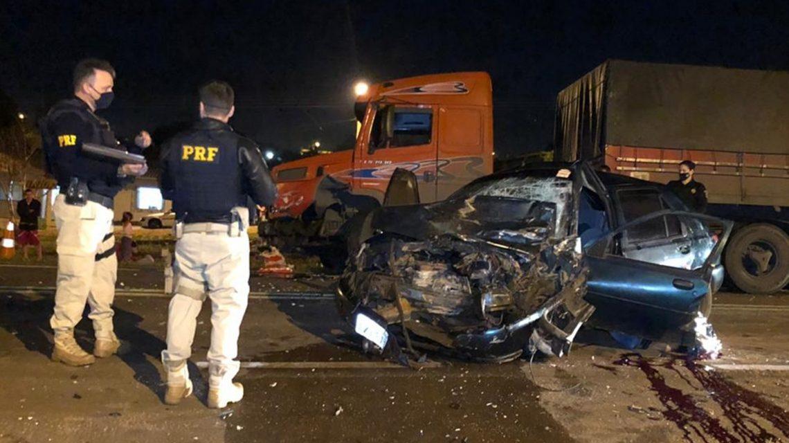 Motorista de carro morre ao bater contra carreta na BR-280, em Marmeleiro