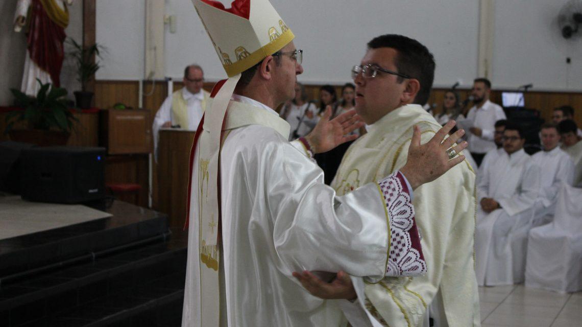 Dom Edgar demonstra gratidão a Deus pela ordenação de mais um Padre