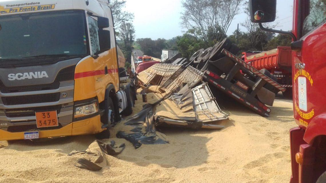 Acidente entre caminhões deixa dois feridos na PR 281