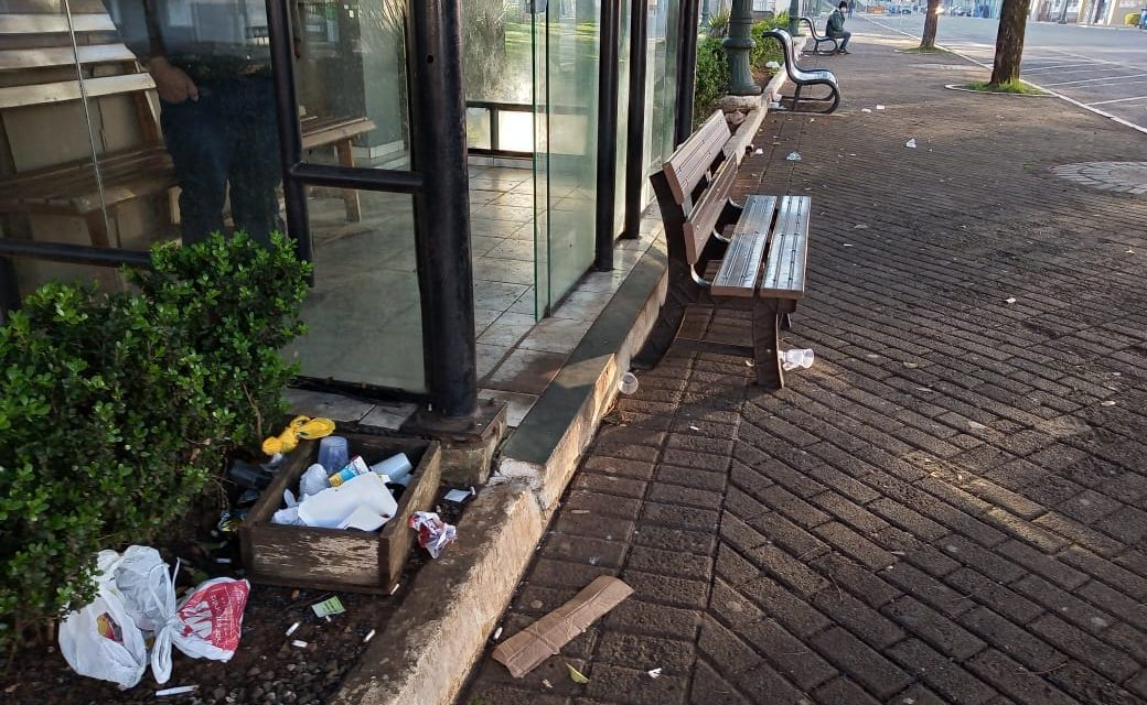 Praça Bom Jesus amanheceu com lixo espalhado e cães atacando transeuntes