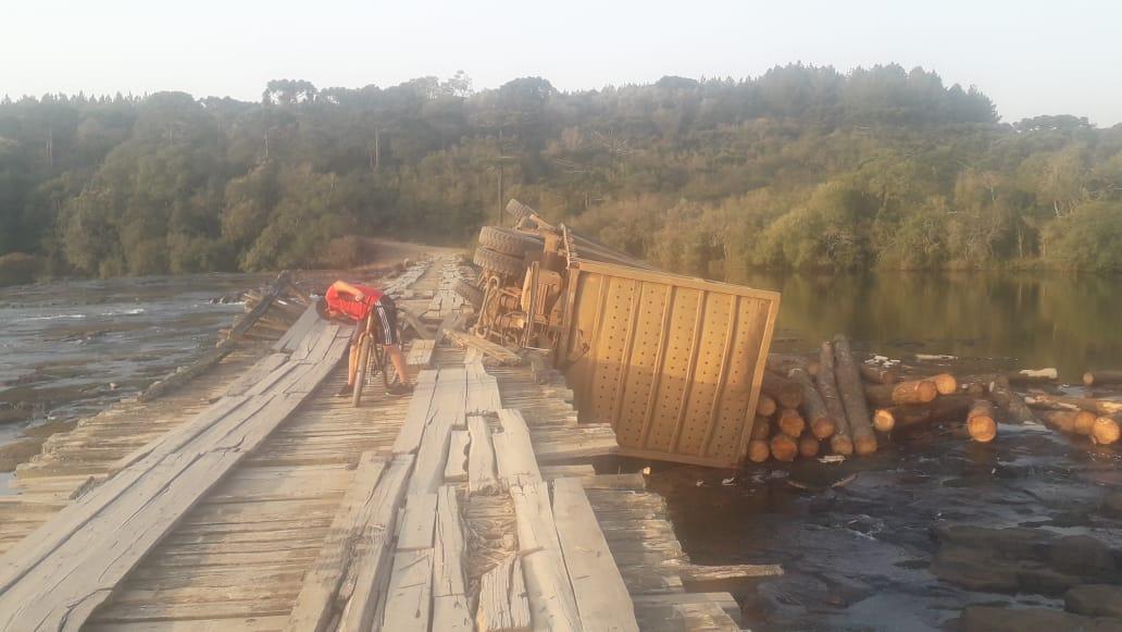 Caminhão cai na Ponte Baixa, em Passos Maia