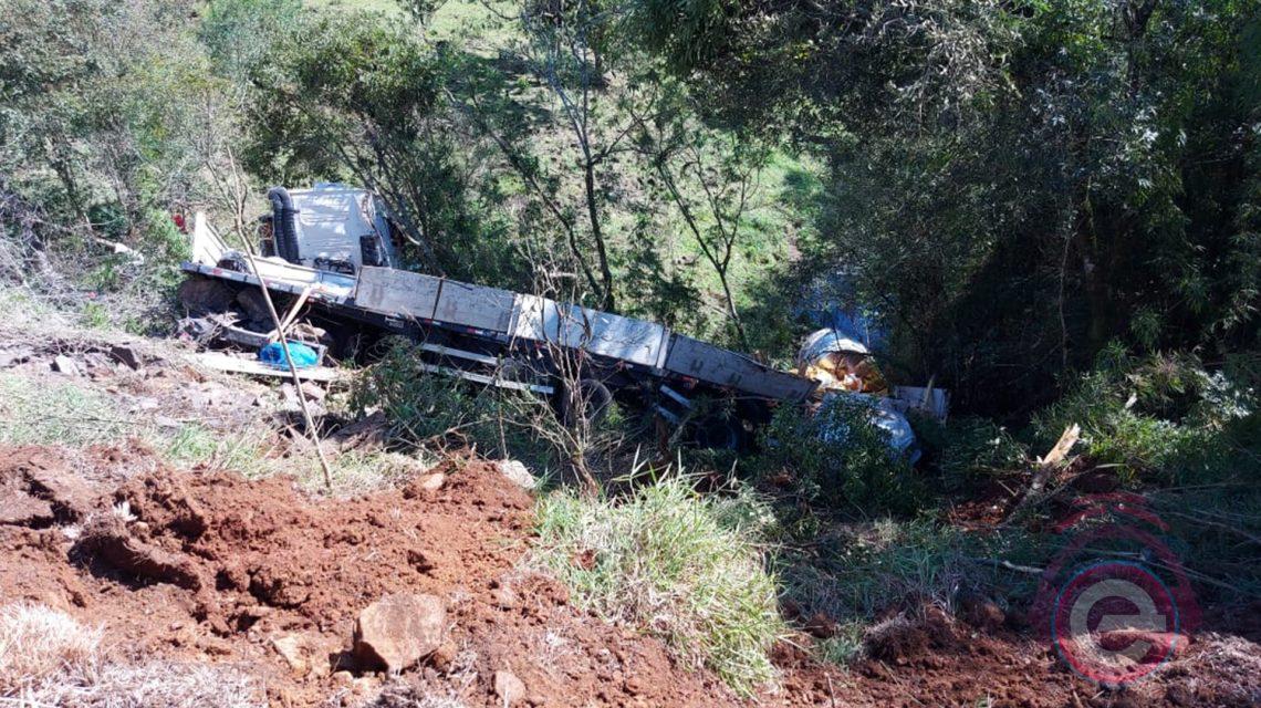 Chopinzinho: Caminhão carregado com bobinas de ferro cai em ribanceira na BR-373