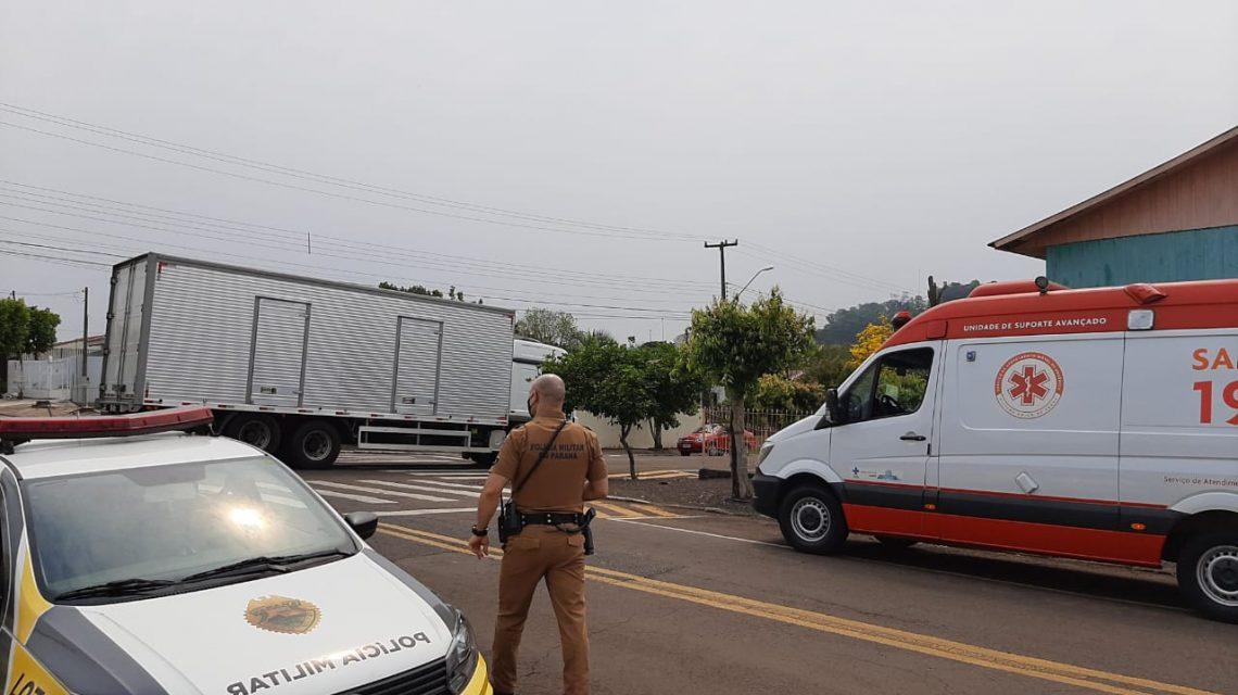 Jovem é arremessado após colisão de moto e caminhão em Francisco Beltrão