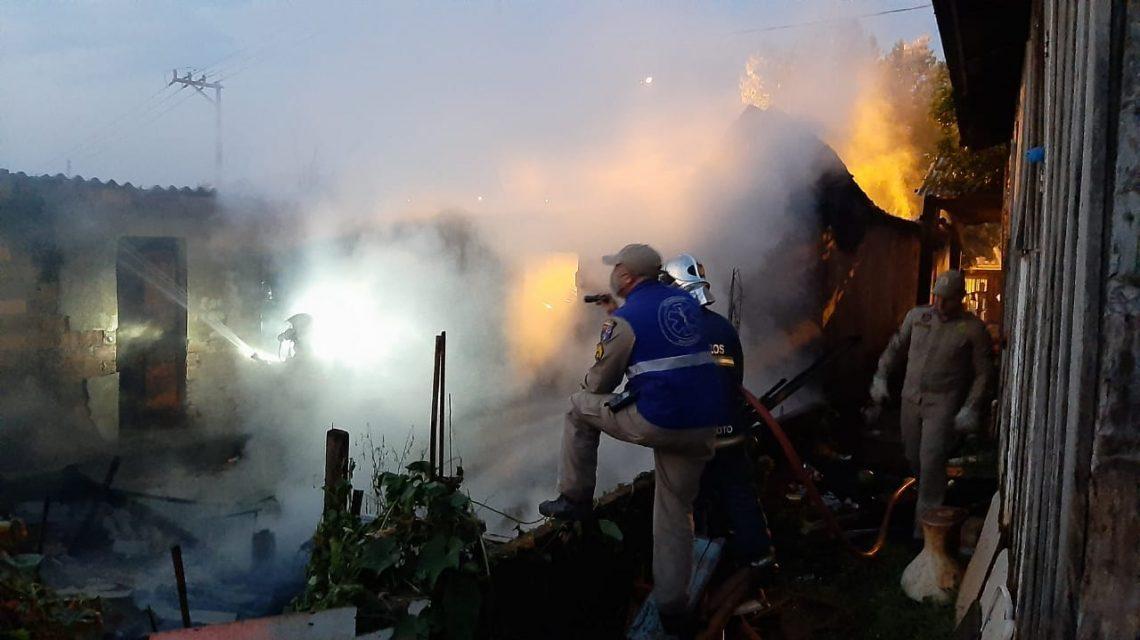 Incêndio destrói casa no Bairro Padre Ulrico em Francisco Beltrão
