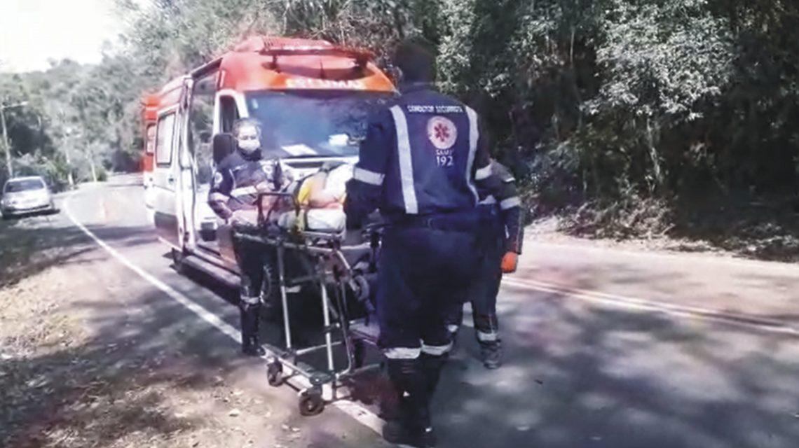 Casal sem capacete cai de moto e condutor foge em Francisco Beltrão