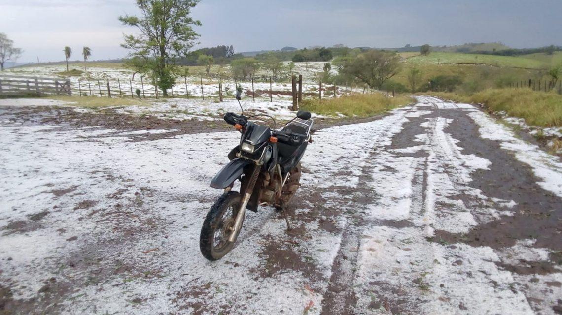 Chuva de granizo atinge comunidades rurais de Goioxim e Marquinho, na região central do Estado