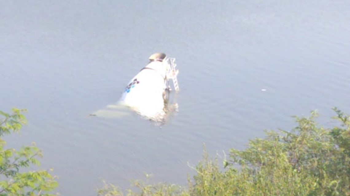 Caminhão de empresa de concreto cai dentro do alagado em Rio Bonito do Iguaçu