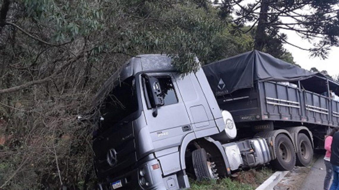 Carga de leite é saqueada após acidente em General Carneiro