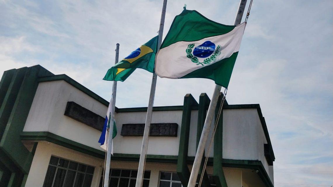 Bandeiras a meio-mastro em Cel. Domingos Soares lembram das vítimas da Covid 19 no Brasil