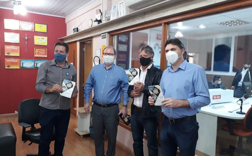 Pe. Bressani entrega cartilha política aos candidatos de Francisco Beltrão